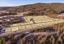 Flatt og solrikt tomtefelt rett ved turområder sentralt på Sokna.  Sandvold Boliger selger tomtene T22, T23 og T24