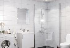 Moderne, lyse og flislagte bad.