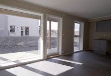 Leiligheten vil få store, fine vinduer som slipper inn mye dagslys. Bilder fra ferdig oppført 4-roms leilighet. E3 vil få overbygd balkong i stedet for platting.