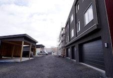 Det følger med en garasjeplass samt sportsbod i bakkant av garasjeplass.