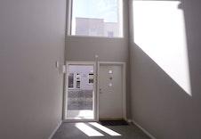 Inngangspartiet til 4-mannsboligen blir lyst og fint med store vinduer.
