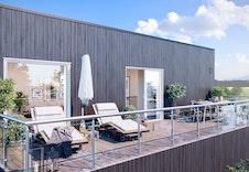 God plass til å nyte våren og sommeren utendørs. Illustrajon fra terrasse, bolig 1.