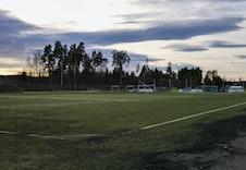 Fotballbane ved idrettshallen.