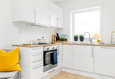 Kjøkken med plass for integrerte hvitevarer.