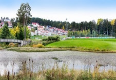 Neskollen har eget sentrumsområde med butikker,  skole, fotballbaner etc.