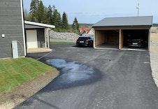 Det følger med en carport-plass til hver av boenhetene.