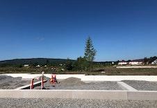Grunnarbeidene for hus E er i gang. Leilighetene får fin utsikt fra uteplassene til grøntområde foran bygget.