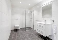 Fint og lyst flislagt bad. (Bilde fra en leilighet i et annet prosjekt og kan avvike fra leveransen i dette boligprosjektet.)