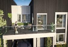 Balkong på enebolig i rekke får god plass til sittegruppe og gode solforhold. (Dette er en illustrasjon og kan fravike fra virkelige omgivelser)
