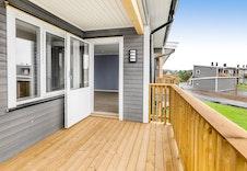 Bilde av en overbygd balkong til en leilighet i 2. etg.  (Bilde er fra en tilsvarende leil. i et annet prosjekt og kan avvike fra leveransen i dette boligprosjektet.)