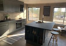 Kjøkkenøy med praktiske lagringsmuligheter/sitteplasser