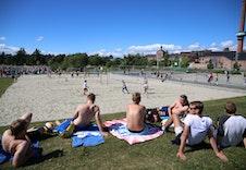 På varme sommerdager er det et yrende liv på Koigen. Her er det flott å rusle langs strandpromenaden, eller så kan du benytte skateanlegget, strandvolleyballbaner, basketbane og lekeapparater