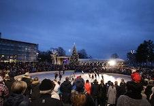 På vinteren lages det skøyteis utenfor kulturhuset som er populært for både store og små.