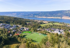 Fotballbane, lekeplass og turområder i umiddelbar nærhet!