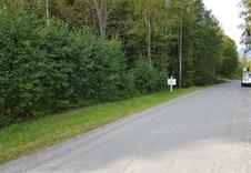Tomten ligger på vestre side da en kjører mot Galterud.