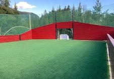Ballbinge på sommer skøytebane på vinter