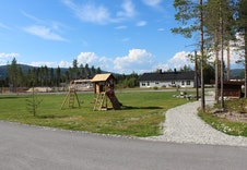 Lekeplass med gapahuk og fotballbane er et naturlig samlingspunkt