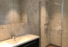 Bad i hovedetasjen har godt med lagringsplass i skuffer og speilskap