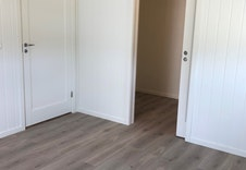 Hovedsoverom med skyvedør inn til walk-in closet