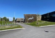 Sjulhustunet barneskole og flerbrukshall er nærmeste nabo til Sole.