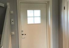 Inngangsdør med vindu gir godt lys i entrèen