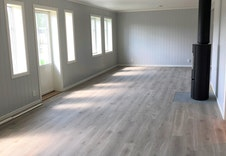 Verandadør og mye vinduer gir stue og kjøkken mye lys