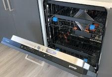 Kjøkkenet har integrert oppvaskmaskin, stekeovn og koketopp fra Gorenje