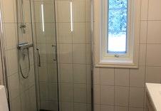 Vindu på badet gir luftemuligheter og godt med lys. Bilde fra tilsvarende hytte.
