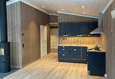 Kjøkkenet har godt med benkeplass og muligheter for innredning på to vegger. Bilde fra tilsvarende hytte.