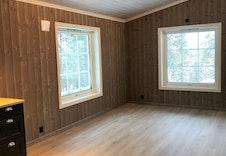 Trivelig plass for spisebord i forlengelsen av kjøkkenet. Bilde fra tilsvarende hytte.