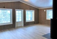 Stue med dør ut til terrassen og plass til sofagruppe. Bilde fra tilsvarende hytte.