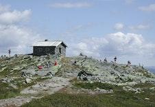 Steinbu på toppen av Skeikampen, populært turmål