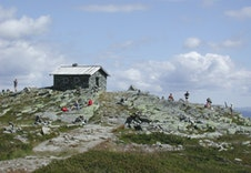 Steinbua på toppen av Skeikampen