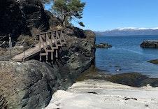 Badeplass ved molo, grunn strand. Passer også for de minste.