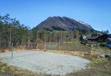 Volleyballbane og ballplass i tilknytning til feltet.