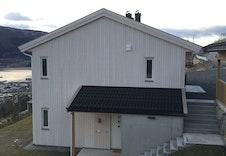 Bilde frå tilsvarande prosjekt bygd i nærleiken. Praktisk med ei bod nr. 2  ved inngangsdøra :)