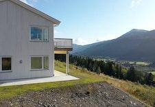 Bilde frå tilsvarande prosjekt. Vi har modernisert den og teikna inn verandana rundt hjørnet. Sjå illustrasjon og planteikning.