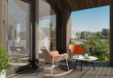 En stor og skjermet balkong med flott utsikt og gode solforhold. Bildet er en illustrasjon som vil avvike fra virkelig miljø og omgivelser.