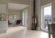Lun stemning med peisovn i den åpne stue- og kjøkkenløsningen.  Bildene er illustrasjoner som vil avvike fra virkelig miljø og omgivelser.