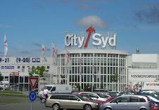Kjøpesenteret City Syd med kort kjøretur unna.
