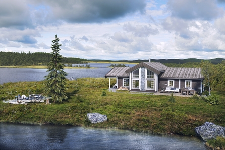 Innholdsrik hytte på stor tomt ved inngangen til Gjevillvassdalen, i Gjetberget. Nær skiløyper og vill natur.