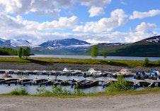 Like ved hyttefeltet ligger småbåthavnen, ved Gjevilvatnet