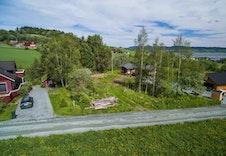 Tomta har svært sentral beliggenhet i Børsa, og ligger i nær tilknytning til bussforbindelse både mot Trondheim og Orkanger