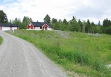 Innkjøring til tomteområde fra Skaunavegen. Tomteområdet ligger på høyden til høyre i bildet.