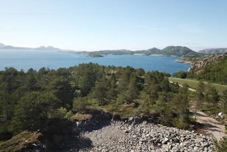 Flott hyttetomt på Jøa med fantastiske solforhold.