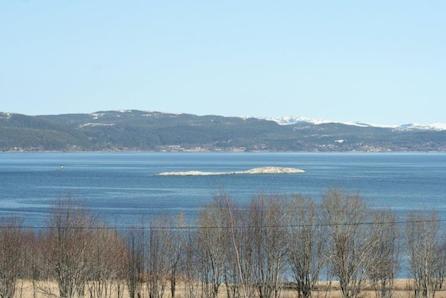 FEVÅG - Portus med 3 soverom og hems. Fantastisk sjøutsikt og særdeles gode solforhold.