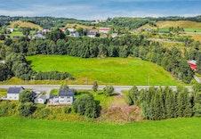 Rett utenfor eiendommen er det etablert buss-stopp for påstigning mot Orkanger og Trondheim