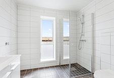 Pent flislagt bad med varmekabler og opplegg til vaskemaskin