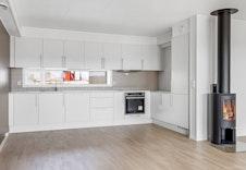 Pen hvit kjøkkeninnredning fra Sigdal med integrerte hvitevarer