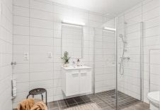 Pent flislagt bad med opplegg for vaskerom